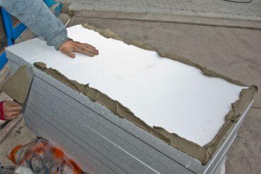 Чем приклеить пенопласт к бетону на стене?