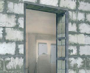 Как закрепить металлическую дверь в газобетоне?
